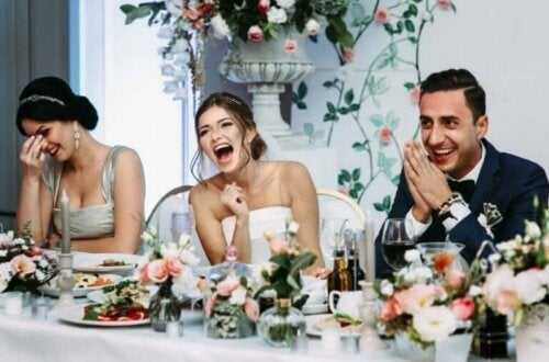 Mennesker som feirer bryllup.