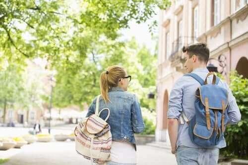 Skolesekker og ryggsmerter: hva er forbindelsen?