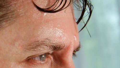 En mann som svetter fra pannen