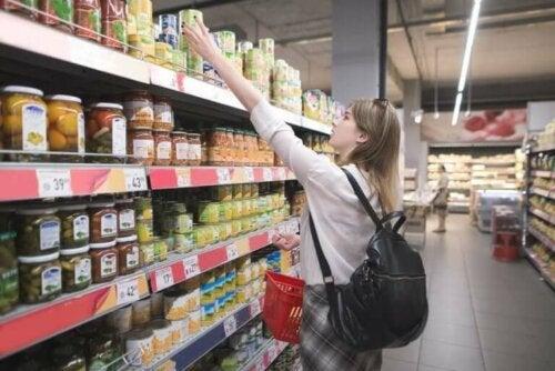 Kvinne i en dagligvarebutikk