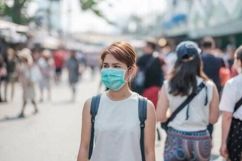 En kvinne med en maske