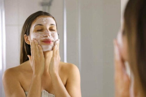 En kvinne med en ansiktsmaske
