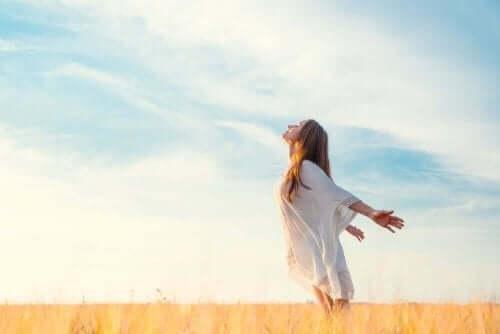 En kvinne som puster frisk luft.