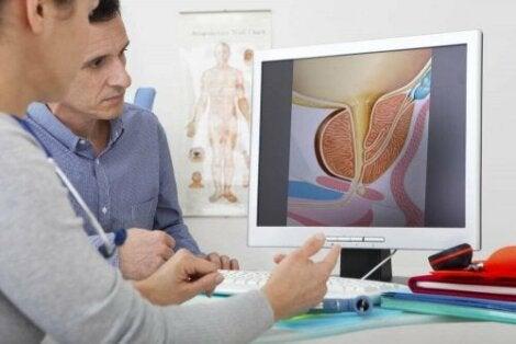 En lege som snakker med en pasient om hematospermi.