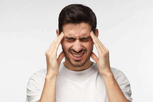 En mann med hodepine.
