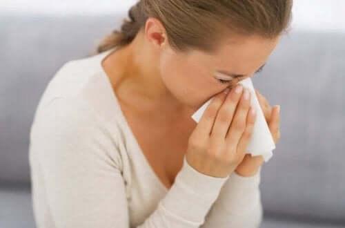 En person som nyser på grunn av allergi.