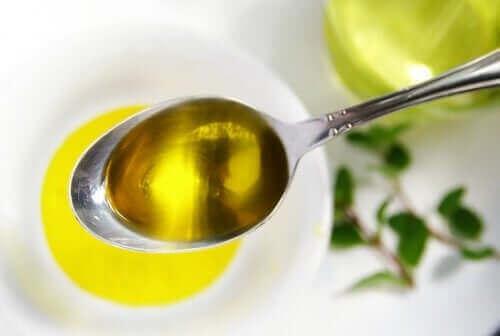 En spiseskje med olivenolje.