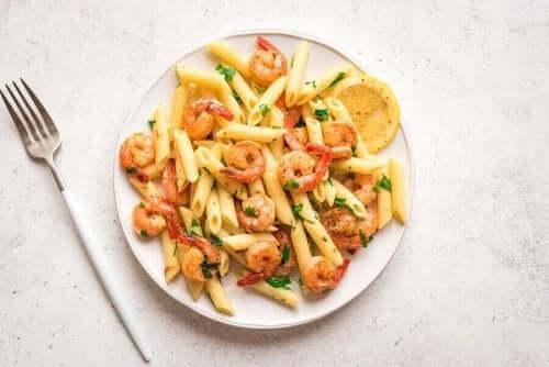 En tallerken med pasta med reker og scampi.