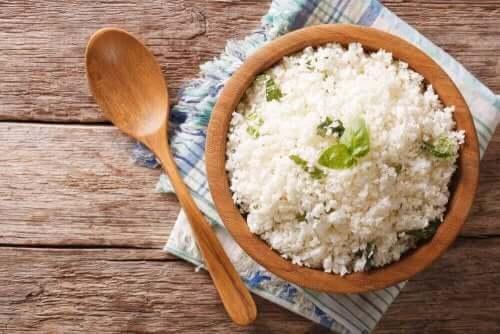 En tallerken med ris.