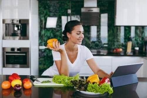 Hjelper det å hoppe over middagen for å gå ned i vekt?