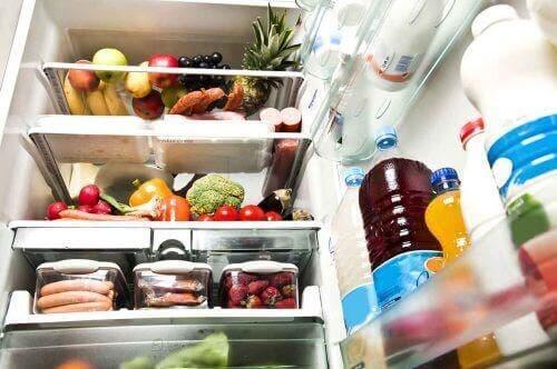 Innsiden av et kjøleskap som inneholder masse frukt og grønnsaker.