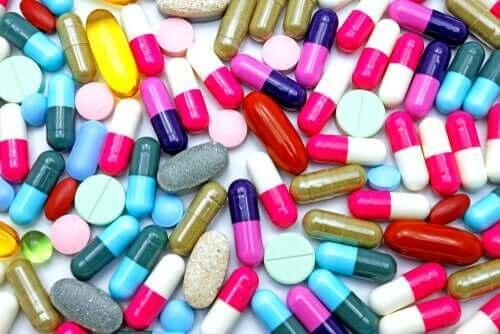Mange forskjellige piller på en overflate.