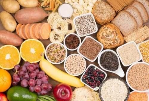 Et utvalg av frukt, belgfrukter og karbohydrater