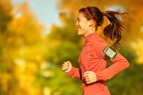 En kvinne som jogger mens hun hører på musikk