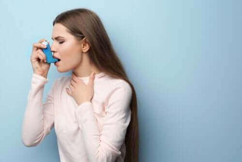 Kvinne med astma.