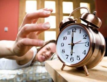 irritert på vekkerklokka