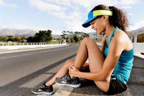 En kvinne med smerter på grunn av treningsskader