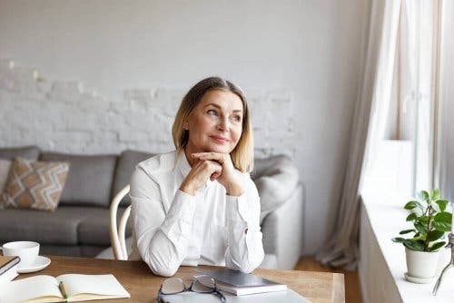 En eldre kvinne som tenker