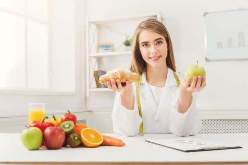 En ernæringsfysiolog velger mellom sunn mat og bakevarer