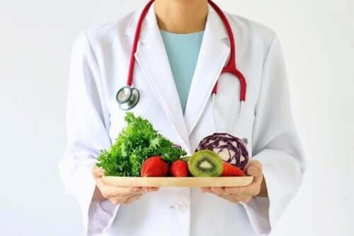 Lege holder et brett med sunn mat