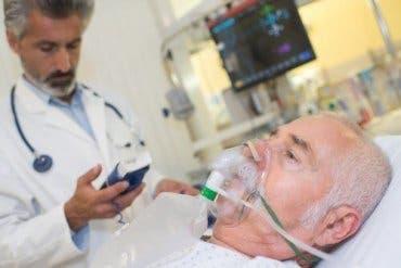 En pasient som får oksygen gjennom en maske.