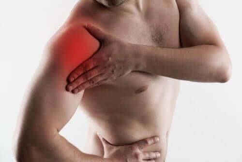 En mann med skuldersmerter