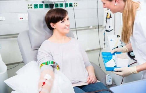 En kvinne som donerer blod
