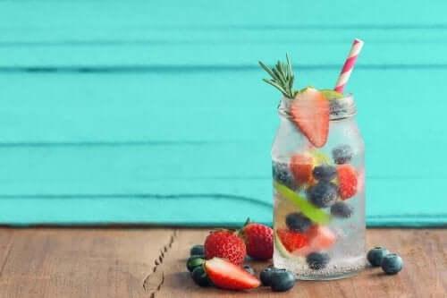 Vann med fruktsmak.