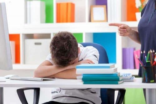 Et barn har sovnet på skolen