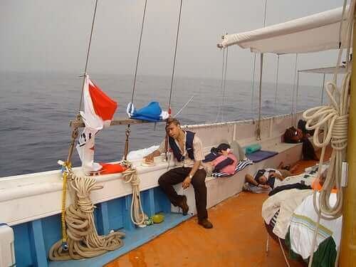 En mann på båt lider av reisesyke