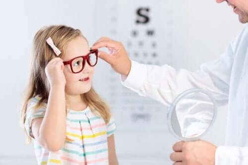 Et barn med briller