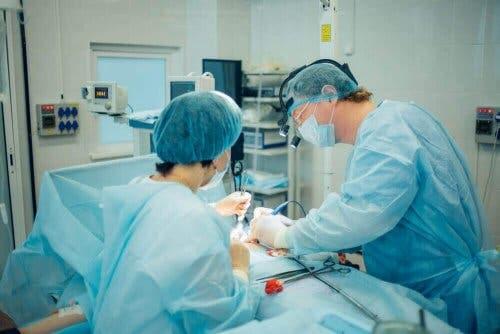 En lege opererer