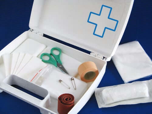 Et førstehjelpsskrin med utstyr