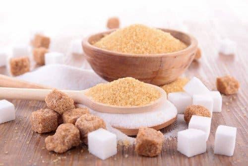 Brunt og hvitt sukker.