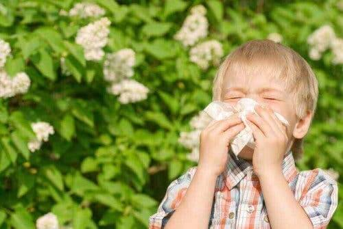 En gutt med barndomsastma.