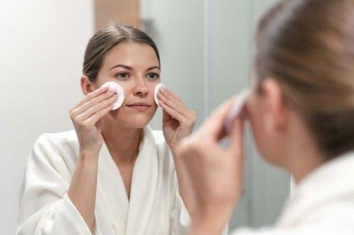 En kvinne som ser i speilet.