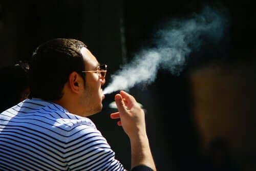 En mann som røyker.