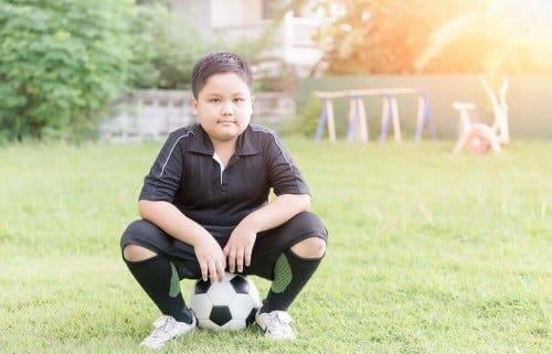 Et barn som spiller fotball.