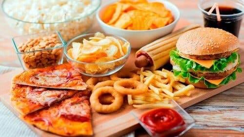 Et utvalg av overbearbeidet mat.