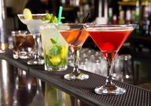 Noen alkoholholdige drikker på en bar.