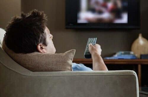 En mann som ser på TV.