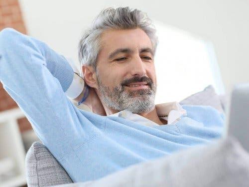 En mann med grått hår