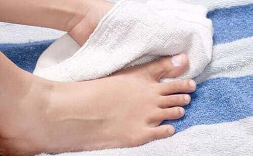 Det er viktig å holde føttene dine tørre for å forebygge inngrodd tånegl.