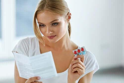 Kvinne leser bruksanvisningen på medisin