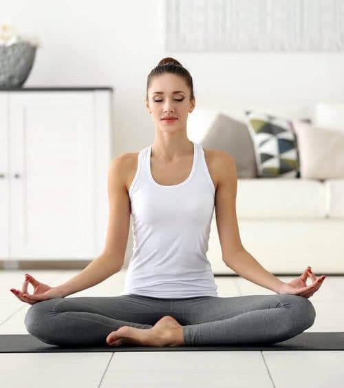 Kvinne som mediterer.