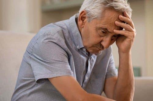 En eldre mann som prøver å huske