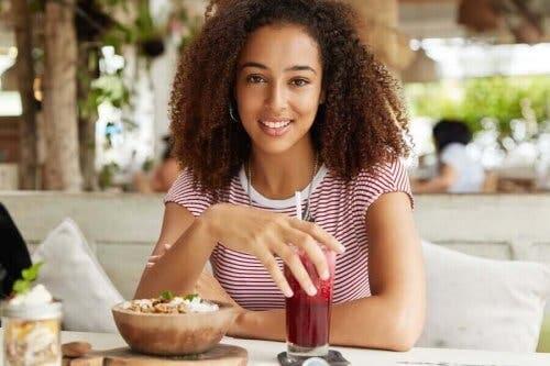 En kvinne som spiser frokost