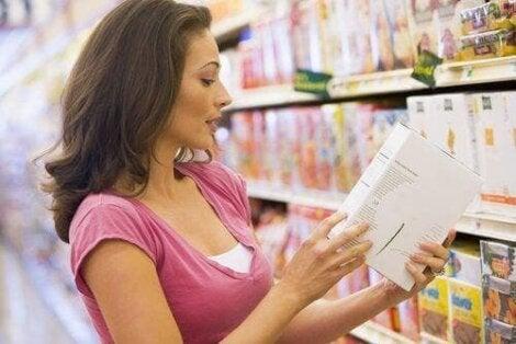 En kvinne som ser på etiketten på et produkt