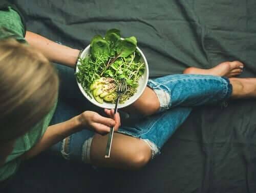 Man må passe på at veganske tenåringer får i seg alle næringsstoffer de trenger.