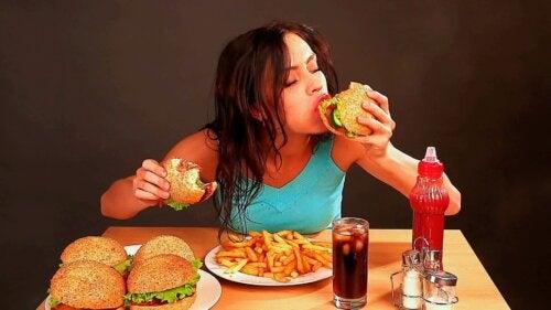 En kvinne spiser følelsene sine